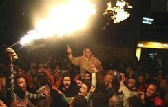 Manifestantes opositores ao presidente egípcio Mohamed Mursi marcham apesar do toque de recolher noturno na cidade de Suez. O chefe do Exército egípcio disse que a crise política no país está levando o Estado nacional para a beira de um colapso, um alerta que chama a atenção por vir de uma instituição que dominou o país durante seis décadas, até 2012. 28/01/2013 REUTERS/Stringer
