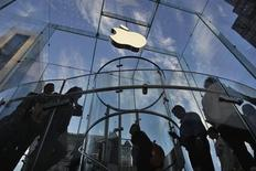 Customers visit the Apple store on 5th Avenue in New York, September 19, 2012. REUTERS/Eduardo Munoz
