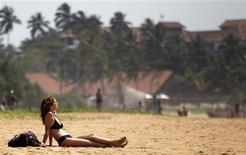 El turismo internacional crecerá este año entre un 3 y un 4 por ciento, un ritmo similar al del año pasado, cuando se sobrepasó por primera vez la barrera de 1.000 millones de turistas al año, según datos anunciados el martes por la Organización Mundial del Turismo (OMT). En la imagen, una turista se relaja en la playa de Bentota, en Sri Lanka, el 25 de enero de 2013. REUTERS/Dinuka Liyanawatte