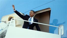 El presidente Barack Obama se manejará con cautela en el debate sobre la reforma migratoria el martes y buscará impulsar un nuevo plan bipartidista que ofrezca un camino hacia la obtención de la ciudadanía para los 11 millones de inmigrantes ilegales que residen en el país. En la imagen, Obama sube al avión el 29 de enero de 2013 en Washington. REUTERS/Jason Reed