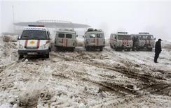 Un grupo de vehículos del ministerio de Emergencias y ambulancias estacionadas cerca del sitio donde ocurrió la caída de un avión en Almaty, Kazajistán, ene 29 2013. Un avión de pasajeros se estrelló el martes en medio de una densa niebla cerca de la capital comercial de Kazajistán, Almaty, causando la muerte de las 20 personas que iban a bordo tras quedar completamente destruido por el impacto, dijeron funcionarios locales. REUTERS/Shamil Zhumatov
