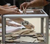 Jean-Marc Ayrault a annoncé mardi qu'il consulterait les groupes politiques de la majorité et de l'opposition pour vérifier s'il est possible de réunir la majorité nécessaire en vue d'accorder le droit de vote aux étrangers aux élections locales. /Photo d'archives/REUTERS/Jean-Paul Pélissier
