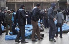 Al menos 65 personas, aparentemente muertas de disparos en la cabeza, fueron halladas el martes con las manos atadas en un barrio de la ciudad de Alepo, en el norte de Siria, dijeron activistas. En la imagen del 29 de enero, unos hombres intentan identificar familiares entre los fallecidos en el patio de un colegio utilizado como hospital temporal en el barrio de Bustan al Qasr, en Alepo. REUTERS/Zain Karam