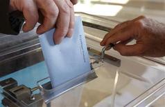 Jean-Marc Ayrault a annoncé mardi qu'il consulterait les groupes politiques de la majorité et de l'opposition pour vérifier s'il est possible de réunir la majorité nécessaire en vue d'accorder le droit de vote aux étrangers aux élections locales. /Photo d'archives/REUTERS/Vincent Kessler