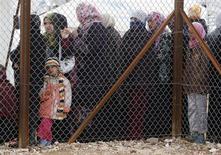 Refugiados sírios aguardam para receber auxílio humanitário na cidade de Mafraq, na Jordânia. 28/01/2013 REUTERS/Ali Jarekji