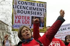 """Manifestation d'employés de Sanofi mardi devant le ministère du Travail, à Paris. Reçue dans l'après-midi au ministère du Travail, une délégation de syndicalistes a déposé à l'intention de Michel Sapin une proposition de loi visant à interdire aux entreprises qui font des profits de licencier mais le gouvernement n'entend pas légiférer pour interdire ou renchérir le coût des licenciements dit """"boursiers"""", malgré la montée de cette revendication exprimée par un front syndical. /Photo prise le 29 janvier 2013/REUTERS/Gonzalo Fuentes"""