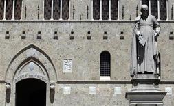 """Le ministre italien de l'Economie Vittorio Grilli a pris mardi la défense de la banque centrale contre les accusations de laxisme portées à son encontre après la mise en cause du groupe Monte Paschi, en parlant d'une supervision """"attentive"""" et """"appropriée"""". /Photo prise le 27 juin 2012/REUTERS/Stefano Rellandini"""