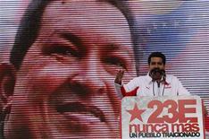 El presidente de Venezuela, Hugo Chávez, es muy optimista y confía en recuperarse del cáncer que padece, dijo el martes su vicepresidente citando palabras del mandatario que permanece desde hace casi dos meses en Cuba tras someterse una delicada operación. En la imagen, el vicepresidente de Venezuela, Nicolás Maduro, habla delante de una pantalla con la imagen del mandatario durante una manifestación para celebrar el 55 aniversario de la caída de la última dictadura del país, en Caracas, el 23 de enero de 2013. REUTERS/Jorge Silva