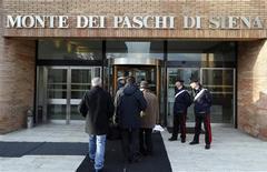 La unidad de control de riesgo de Monte dei Paschi y su comité de auditoría interna habían expresado sus dudas sobre el departamento de finanzas del banco, ahora en el centro de un escándalo por acuerdos financieros de estructuras sombrías, desde noviembre de 2009, según documentos internos. En la imagen, un grupo de personas llega al banco Monte dei Paschi, en Siena, el 25 de enero de 2013. REUTERS/Stefano Rellandini