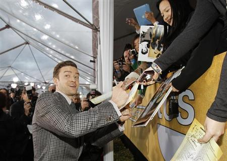 Actor and singer Justin Timberlake signs autographs at the 19th annual Screen Actors Guild Awards in Los Angeles, California January 27, 2013. REUTERS/Mario Anzuoni
