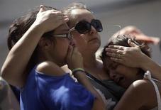 Garotas choram próximo à boate Kiss em Santa Maria. 29/01/2013 REUTERS/Ricardo Moraes