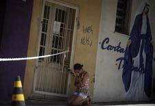 La muerte de 234 personas en el incendio de una discoteca en el sur de Brasil desató el martes una ola de fiscalizaciones para evitar una nueva tragedia y mostrar que el país está haciendo los deberes de cara al Mundial de fútbol y a los Juegos Olímpicos. En la imagen, una mujer se arrodilla cerca de la discoteca Kiss en la ciudad brasileña de Santa María, a 301 km al oeste de la capital del estado Porto Alegre, el 29 de enero de 2013. REUTERS/ Ricardo Moraes