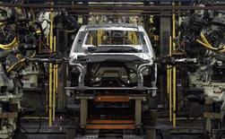 Foto de archivo de unos robots trabajando en la fabricación de unos vehículos Expedition de Ford y un Navigator de Lincoln en la planta de ensamblaje de Ford en Wayne, EEUU, ago 26 2008. Ford, el segundo mayor fabricante de automóviles de Estados Unidos, reportó una ganancia más alta de la esperada en el cuarto trimestre y anticipó un desempeño estable en el 2013, gracias a que la fortaleza de sus operaciones en América del Norte está compensando pérdidas mayores a lo estimado en Europa. REUTERS/Rebecca Cook/Files