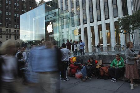 Customers wait in line outside the Apple store on 5th Avenue, for Friday's iPhone 5 models to go on sale, in New York, September 19, 2012. REUTERS/Eduardo Munoz