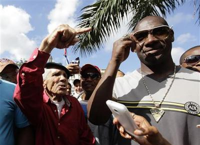 Cuban baseball defector returns home under new law