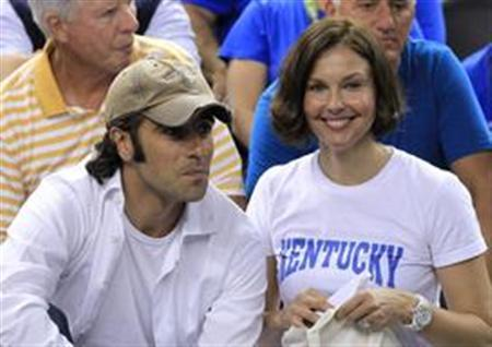 Actress Ashley Judd (R) and Dario Franchitti watch the Kentucky Wildcats play the Kansas Jayhawks at the men's NCAA Final Four championship college basketball game in New Orleans, Louisiana, April 2, 2012. REUTERS/Lucy Nicholson/Files