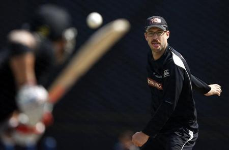 New Zealand's Daniel Vettori bowls during a practice session in Pallekele September 26, 2012. REUTERS/Dinuka Liyanawatte/Files