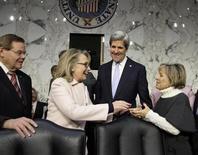 El senador estadounidense John Kerry fue confirmado el martes por una abrumadora mayoría en el Senado como el nuevo secretario de Estado del presidente Barack Obama, en reemplazo de Hillary Clinton. En la imagen, Hillary Clinton saluda a la senadora Barbara Boxer a su llegada con Kerry antes de la confirmación de este como nuevo secretario de Estado en el Capitolio, en Washington, el 24 de enero de 2013. REUTERS/Jonathan Ernst