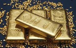 Золотые слитки на заводе Oegussa в Вене 23 октября 2012 года. Британская Highland Gold Mining, добывающая золото в России, в 2012 году превысила план по добыче драгоценного металла и надеется на дальнейший рост производства в этом году. REUTERS/Heinz-Peter Bader
