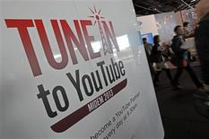 YouTube, la página de vídeos de Google, planea ofrecer suscripciones de pago a parte de su contenido este año, según las informaciones de un medio. En la imagen, de 27 de enero, el logo de YouTube en el International Record Music Publishing and Video Music Market (MIDE) de Cannes. REUTERS/Jean-Paul Pelissier