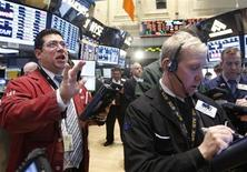 Traders a lavoro in una sala operativa. REUTERS/Brendan McDermid
