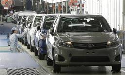 Рабочие собирают модель Corolla на заводе Toyota Motor Co в префектуре Мияги 11 мая 2012 года. Toyota Motor Corp отзовет 1,1 миллиона автомобилей по всему миру из-за неполадок, в том числе 752.000 машин Corolla и Corolla Matrix в США для исправления системы подушек безопасности, сообщил автопроизводитель в среду. REUTERS/Yuriko Nakao
