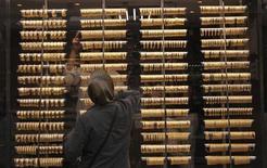 Женщина рассматривает золотые браслеты на витрине ювелирного магазина в Стамбуле 29 июня 2012 года. Цены на золото стабилизировались, прервав накануне четырехдневное падение, в надежде на продолжение мягкой политики ФРС. REUTERS/Murad Sezer