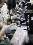 Operai a lavoro in una fabbrica. REUTERS/Tim Kelly