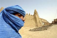 Un nomade tuareg vicino alla moschea di Timbuktu. REUTERS Pictures