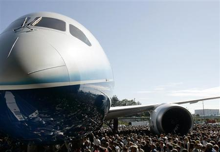 The Boeing 787 Dreamliner aircraft is surrounded by employees and special guests during its world premiere outside the Boeing assembly plant in Everett, Washington, July 8, 2007. REUTERS/Robert Sorbo