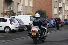 Sur les lieux de l'assaut contre Mohamed Merah, à Toulouse. Deux hommes ont été interpellés mardi à Toulouse dans l'enquête sur les complicités dont il aurait pu bénéficier, alors que subsistent des interrogations sur l'attitude des services de renseignement envers le djihadiste français. /Photo prise le 23 mars 2012/REUTERS/Jean-Paul Pélissier