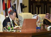 Secretário-Geral da ONU, Ban Ki-moon (E), prepara-se para discurso na abertura da conferência de doadores no Kuweit, organizada para financiar as ações de ajuda humanitária da ONU. 30/01/2013 REUTERS/Stephanie McGehee