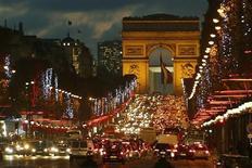 Автомобили на Елисейских полях в Париже 22 ноября 2012 года. Французские магазины и офисные здания будут отключать ночную подсветку в целях экономии энергии и сокращения светового загрязнения, сообщило в среду министерство экологии страны. REUTERS/Charles Platiau