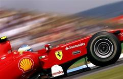 El nuevo Fórmula Uno de Ferrari se llamará F138, un nombre que refleja el año y la octava y última temporada de los motores V8, dijo el equipo italiano el miércoles. Imagen de archivo del pilto español de Ferrari, Fernando Alonso, conduciendo un monoplaza de la escudería italiana en su triunfo en el Gran Premio de Alemania disputado en julio de 2010 en el circuito de Hockenheim. REUTERS/Kai Pfaffenbach/Archivos
