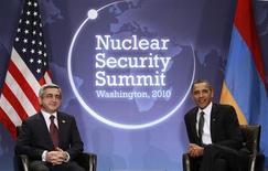 Президенты США и Армении Барак Обама и Серж Саргсян на ядерном саммите в Вашингтоне 12 апреля 2010 года. Вашингтон пообещал миллионы долларов на развитие демократии Еревану - ключевому кавказскому союзнику Москвы, усилившей антиамериканскую риторику в дискуссии о правах человека. REUTERS/Jim Young