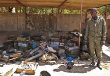 A Malian soldier displays ammunition seized from Islamists rebels after their departure, in Timbuktu January 29, 2013. REUTERS/Francois Rihouay (MALI - Tags: POLITICS CIVIL UNREST)