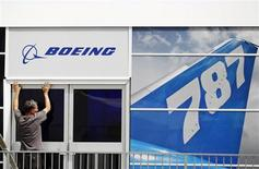"""Boeing affiche des résultats en baisse au quatrième trimestre et ne prévoit pas d'""""impact financier significatif"""" de l'interdiction de voler des 787 Dreamliner par les régulateurs sur ses résultats de 2013. /Photo d'archives/REUTERS/Luke MacGregor"""