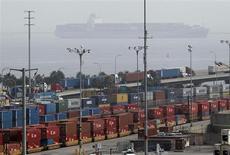 Le port de Long Beach, en Californie. Le produit intérieur brut (PIB) américain s'est contracté de 0,1%, contre toute attente, au quatrième trimestre 2012, en rythme annuel, son premier recul depuis la récession de 2007-2009, dans un contexte de ralentissement de la reconstitution des stocks et de forte baisse des dépenses de l'Etat. /Photo prise le 4 décembre 2012/REUTERS/Mario Anzuoni
