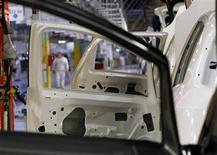 """Un'immagine della catena di montaggio della """"Punto"""" nello stabilimento Fiat di Melfi. REUTERS/Ciro De Luca"""