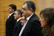 Le docteur Eufemiano Fuentes (à gauche) et les quatre autres prévenus comparaissant devant un tribunal madrilène dans le procès de l'affaire Puerto. La juge présidant ce procès a annoncé mercredi que le docteur Fuentes ne serait pas obligé de donner les noms des clients dont le sang congelé a été retrouvé lors d'une perquisition par la police en 2006, qui avait contribué à mettre au jour un réseau de dopage sanguin. /Photo prise le 28 janvier 2013/REUTERS/Sergio Perez