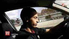 La policía francesa ha arrestado a dos hombres en su búsqueda de cómplices del hombre inspirado por Al Qaeda que mató a siete personas el año pasado en la ciudad de Toulouse, informó el miércoles la fiscalía de París. En esta imagen de archivo, una escena sin fecha obtenida de un vídeo, emitida el 21 de marzo de 2011 por la televisión estatal francesa France 2, indicando que muestra a Mohamed Merah, acusado de matar a siete personas en Francia. REUTERS/France 2 Television/Handout ESTA IMAGEN HA SIDO PROPORCIONADA POR UN TERCERO. REUTERS LA DISTRIBUYE, EXACTAMENTE COMO LA RECIBIÓ, COMO UN SERVICIO A SUS CLIENTES. SÓLO PARA USO EDITORIAL, NI VENTAS NI PARA SU VENTA PARA CAMPAÑAS DE MARKETING O PUBLICIDAD.
