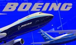 """Unas maquetas de los aviones 747 y 777 de Boeing expuestos en una feria aeronaútica en Zhuhai, China, nov 12 2012. Boeing reportó un descenso interanual en sus ganancias del cuarto trimestre, aunque estas superaron las expectativas del mercado, y dijo que sus previsiones para el 2013 no consideran un """"impacto financiero significativo"""" de la suspensión de los vuelos de su 787 Dreamliner tras una serie de incidentes. REUTERS/Bobby Yip/Files"""