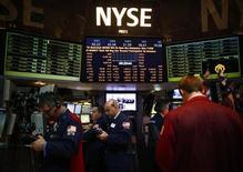 Traders trabalham na Bolsa de Ações de Nova York. A economia dos Estados Unidos contraiu inesperadamente no quarto trimestre, sofrendo seu primeiro declínio desde a recessão de 2007/09, à medida que as empresas reduziram o nível de estoques e os gastos do governo caíram. 04/01/2013 REUTERS/Eric Thayer