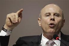 Ministro da Fazenda, Guido Mantega, discursa durante Encontro Nacional com Prefeitos em Brasília. O preço da gasolina na bomba deverá subir cerca de 4 por cento, afirmou nesta quarta-feira o ministro após anúncio de reajuste dos combustíveis pela Petrobras na véspera. 30/01/2013 REUTERS/Ueslei Marcelino