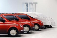 Автомобили Fiat в дилерском центре в Риме 30 октября 2012 года. Чистый долг итальянского автопроизводителя Fiat вырос на 18 процентов до 6,54 миллиарда евро к концу 2012 года при ожиданиях аналитиков на уровне 6,6 миллиарда. REUTERS/Alessandro Bianchi