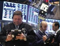 Las acciones estadounidenses cedían ligeramente en la apertura el miércoles tras una inesperada contracción en la actividad económica del cuarto trimestre, pero las pérdidas se veían limitadas por los avances de Amazon.com. En la imagen, operadores en la bolsa de Nueva York, el 28 de enero de 2013. REUTERS/Brendan McDermid