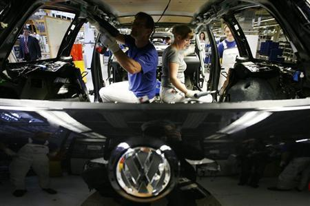 Volkswagen employees work on a VW Passat at the construction line of Volkswagen plant in Emden April 24, 2009. REUTERS/Christian Charisius