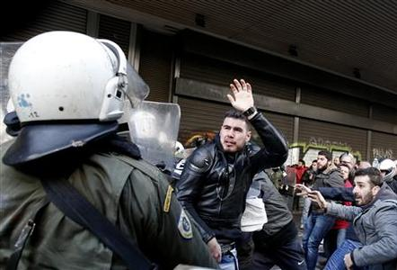A protester clashes with riot policemen during a protest outside the Labour Ministry in Athens January 30, 2013. REUTERS/Yorgos Karahalis