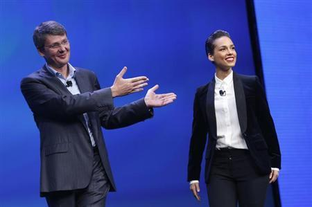 Research in Motion (RIM) President and Chief Executive Officer Thorsten Heins (L) introduces singer songwriter Alicia Keys as the 'global creative director' during the launch of the RIM Blackberry 10 device in New York January 30, 2013. REUTERS/Shannon Stapleton
