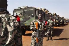 Las tropas francesas tomaron el miércoles el aeropuerto en la ciudad de Kidal, el último bastión rebelde en el norte de Mali, en su avance para completar la primera fase de su operación militar para recuperar el norte del país de manos rebeldes. En la imagen del 30 de enero se puede ver a soldados malienses dirigiéndose a Gao, otra importante localidad del norte de Mali, tras llegar al pueblo liberado de Douentza. REUTERS/Joe Penney